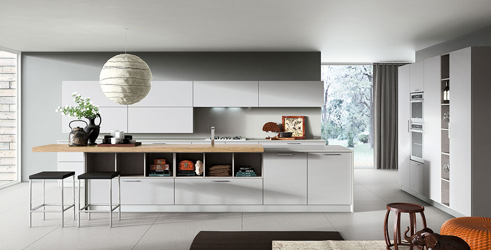 Kappa est la cuisine qui a le sens de la vivabilité, avec l'insouciance de la jeunesse et une simplicité rationnelle à combiner les fonctions. En mélaminé opaque doux au toucher en quatre couleurs, mais aussi en chêne, mélèze en différentes versions, donne le sens du confort avec une précision minimaliste, et la poignée externe devient un élément qui la caractérise.