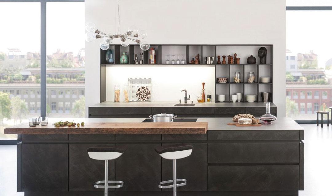 Le style et l'apparence d'une cuisine LEILe béton (en anglais : concrete), le matériau classique d'une architecture ambitieuse, est de plus en plusutilisé dans les espaces intérieurs. Les surfaces en béton se distinguent par leur expression caractéristique,toujours unique. Ce sont des propriétés qui rendent ce matériau intemporel également si précieux pour ledesign de cuisines individuelles.CHT sont empreints d'une esthétique intemporelle, d'un design moderne et de matériaux authentiques. Ils sont mis en oeuvre de manière convaincante dans la façade en béton « Concrete » qui est couronnée de succès. Le matériau, les jeux de couleurs et la structure de surface parlent la langue de l'architecture moderne. Ils ont été sélectionnés pour une clientèle exigeante qui montre une préférence croissante pour les façades laquées mat et qui trouve ici une alternative intéressante. En peu de temps, la façade « Concrete » est devenue chez LEICHT un modèle à succès bénéficiant d'une grande approbation chez les consommateurs finaux. Ce produit innovant a, lui aussi, contribué à l'obtention de la distinction « Most Innovative Brand 2015 ».